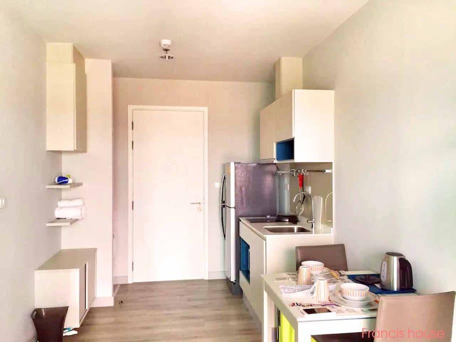 一室一厅之开放式厨房。冰箱、炊具、餐具一应具有。