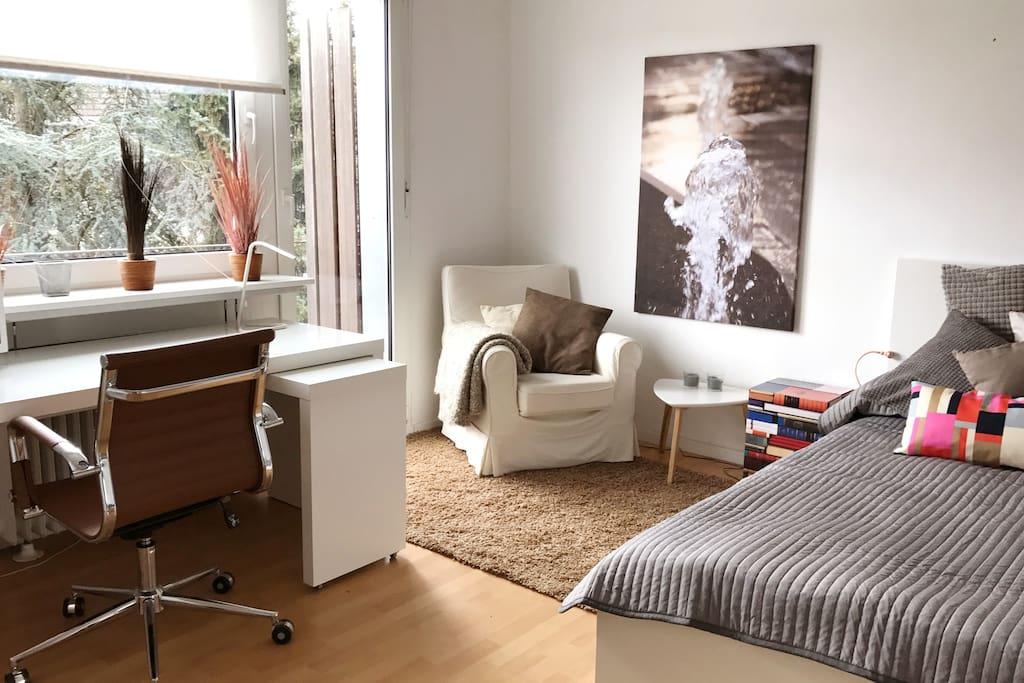 grosses Zimmer mit Balkon und Platz für Kinder Reisebett - Big room with balkony and space for kids portable bed