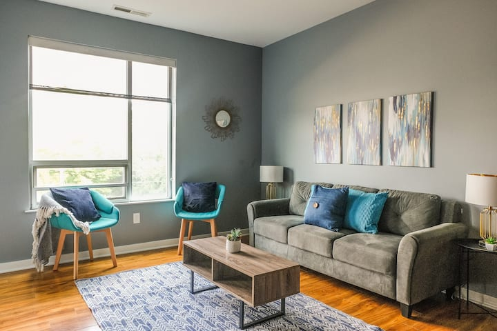 Modern + Stylish 2BR Near Downtown