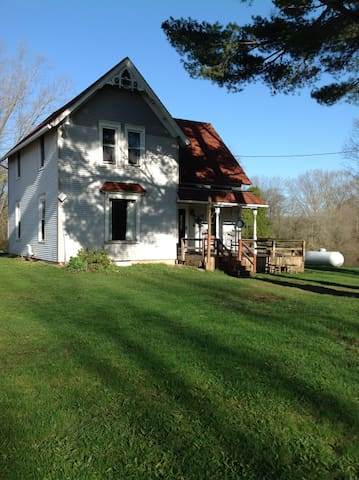 Cozy Farmhouse on 22 wooded acres (4 bedrooms)