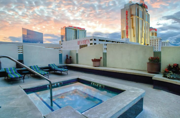 ❤️ROOFTOP HOT TUB ❤️ 2BR | Full Kitchen | Sleeps 6