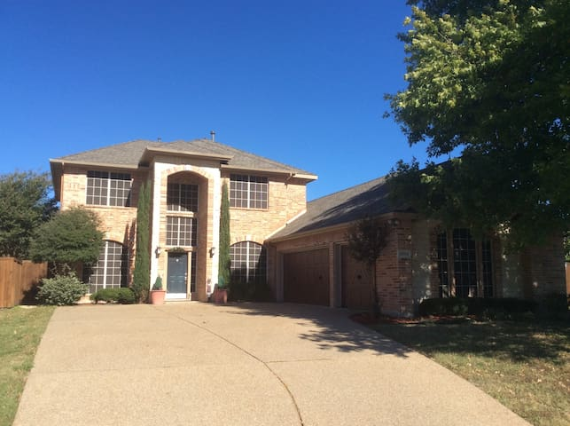 UPSCALE UPSTAIRS IN A GOLF COMMUNITY - Rowlett