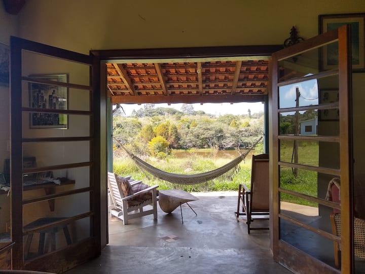 Casa com vista para lagoa e cercada por natureza