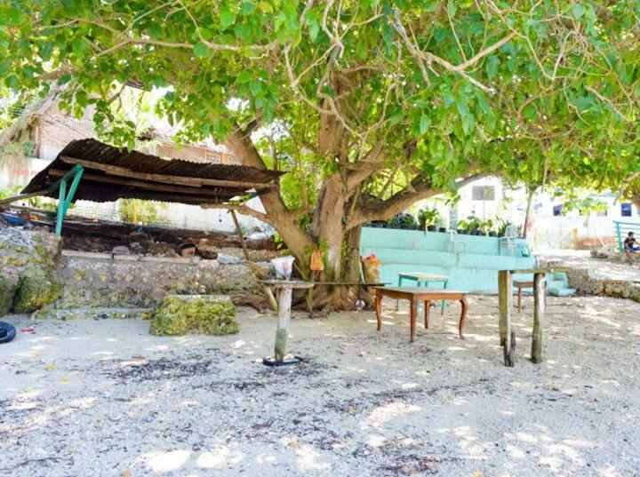 Cozy place + 25mbps wifi + White Beach front