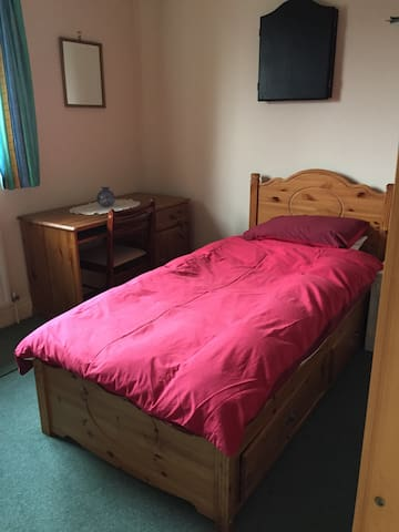 Large single room in Milton Keynes - Furzton - บ้าน