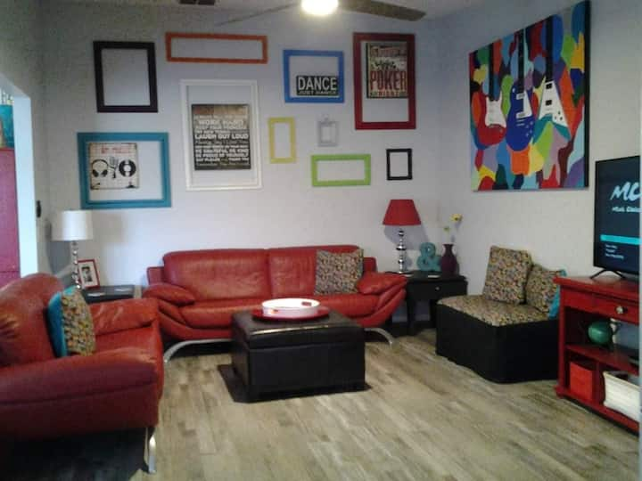 Bright, Eclectic Townhouse -close to IMG/Beach