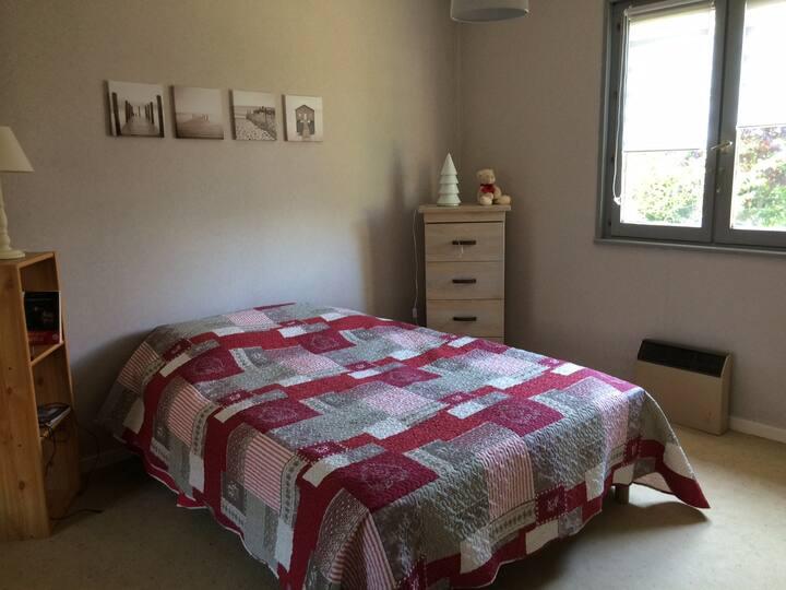 Chambre lit double ds maison individuelle au calme