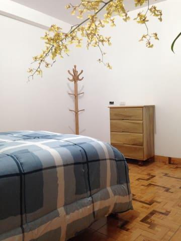 Dormitorio con la cómoda y perchero