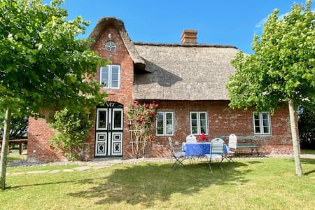 Holiday Home Pellwormhäuschen close to the North Sea with Wi-Fi & Garden; Parking Available