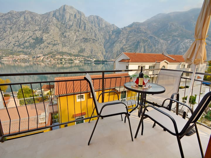One-bedroom apartment with amazing views in Kotor