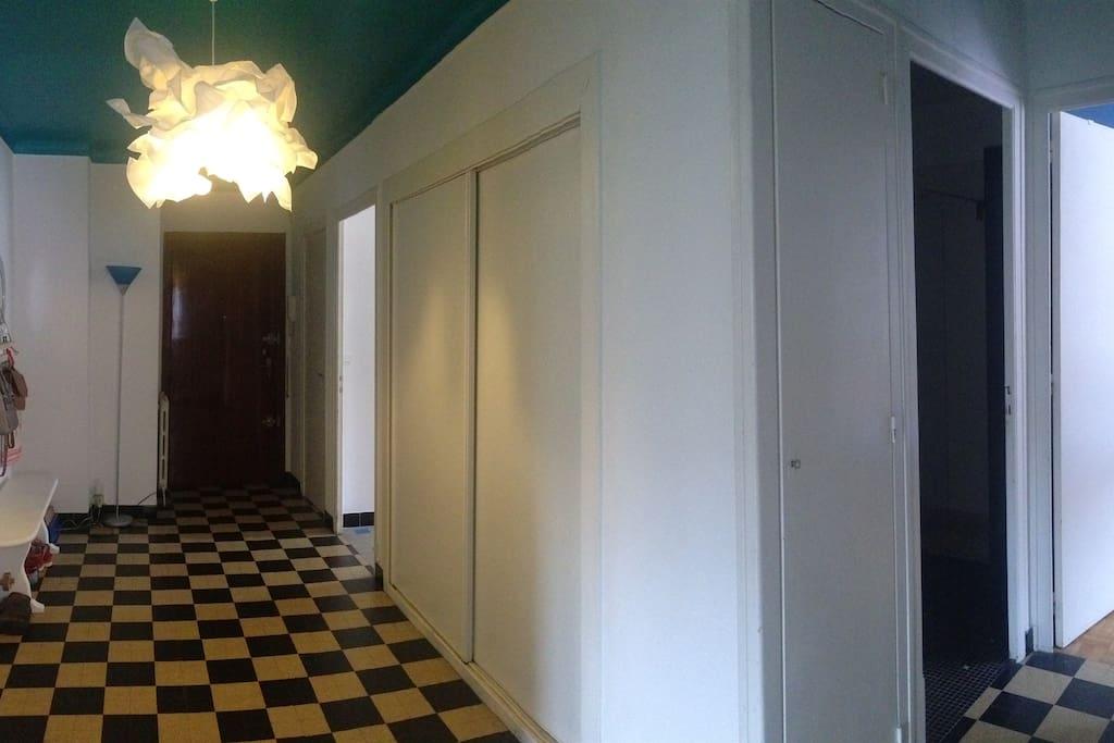 La grande entrée de l'appartement