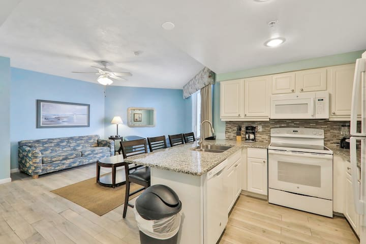 Oceanfront condo w/private balcony, shared pools, hot tub, gym & a putting green