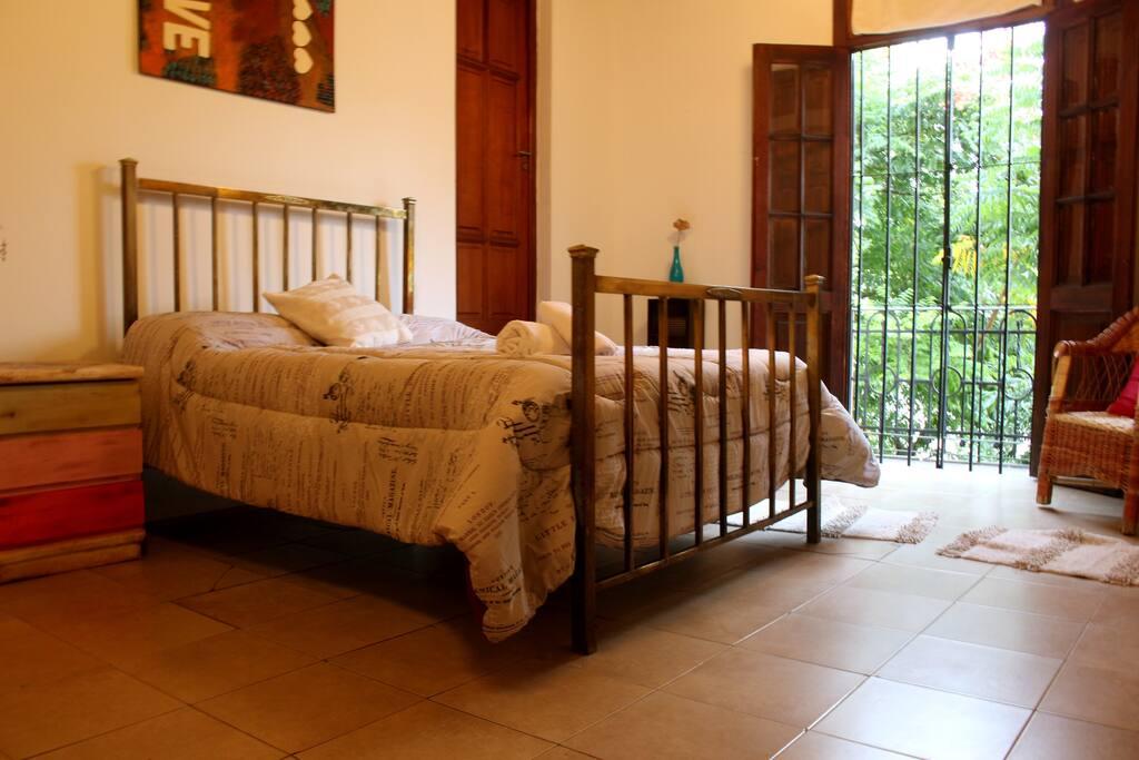 La habitación cuenta con un balcon colonial a la calle, para que disfrutes del amanecer Norteño