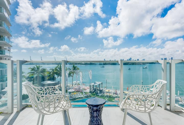 Deluxe Bay Balcony High up, pool, spa, gym wifi 1