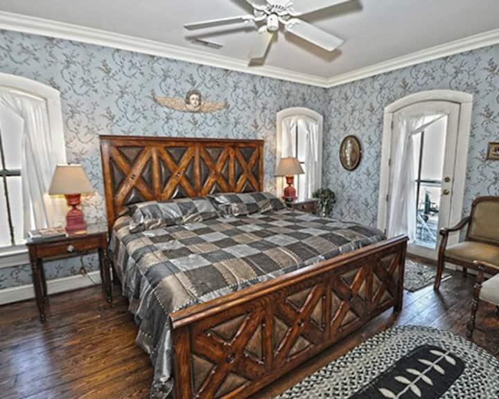 Mountain Magnolia Inn and Suites - The Buckeye Room (Upstairs)