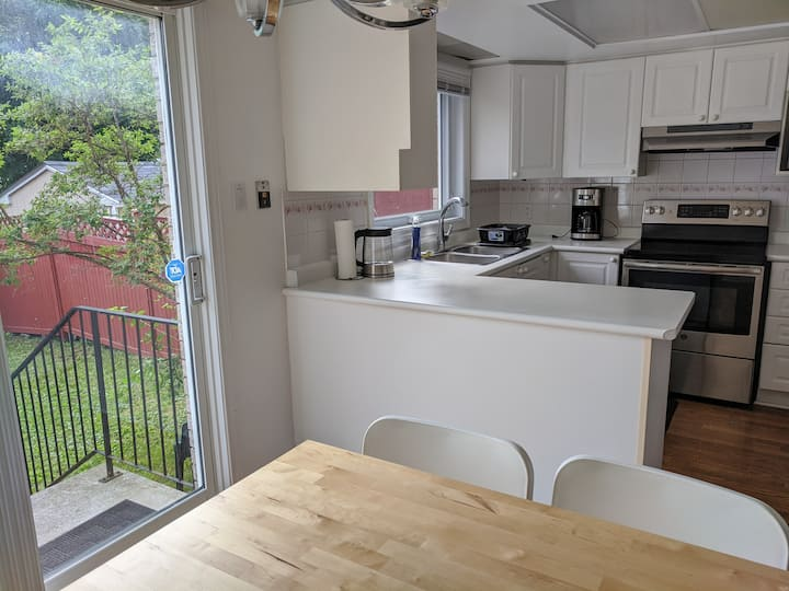 Entire Spacious bright 3-bedrooms townhouse.