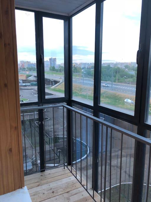 Балкон с витражными окнами