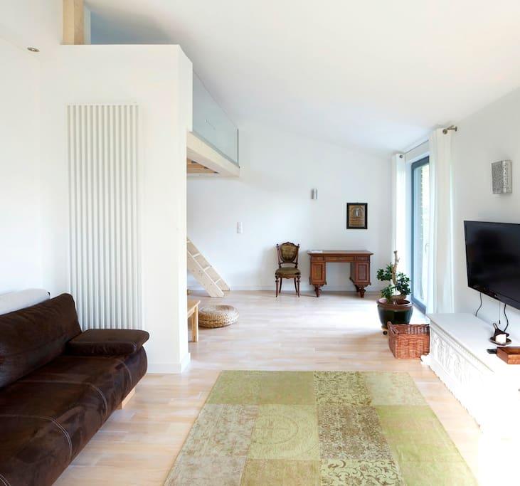 Wohnbereich mit Terrasse - hinten Aufgang zur Schlafebene
