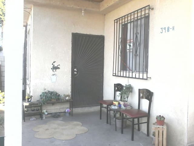 outside sitting area / good location in a safe neighboorhood