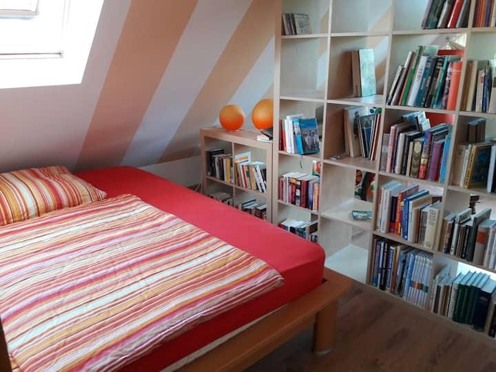 Zimmer im Dachgeschoss mit gemütlicher Sitzecke