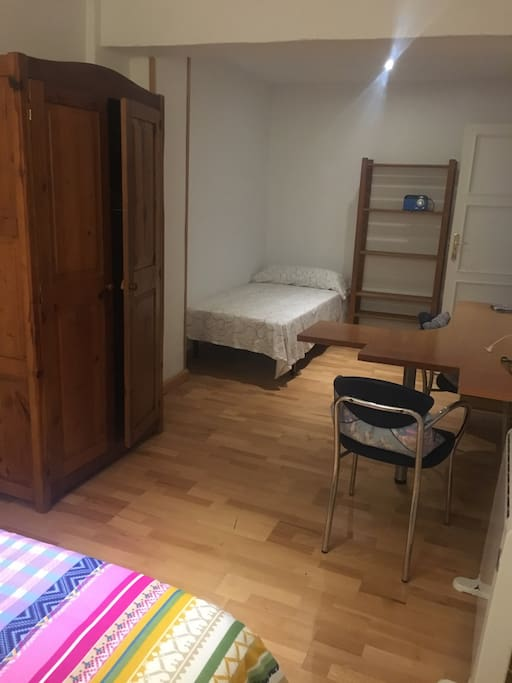 Dormitorio triple, cama de 1,35 y otra de 90, armario, escritorio, estantería, calefacción...