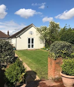 Garden cottage,  easy for London & Surrey