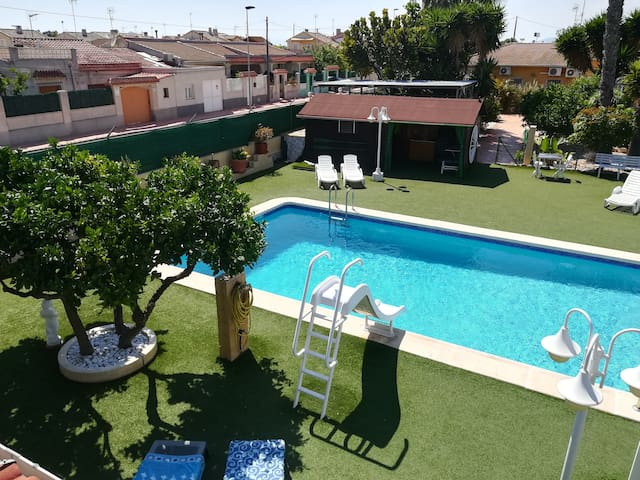 Habitación con terraza frente a la piscina