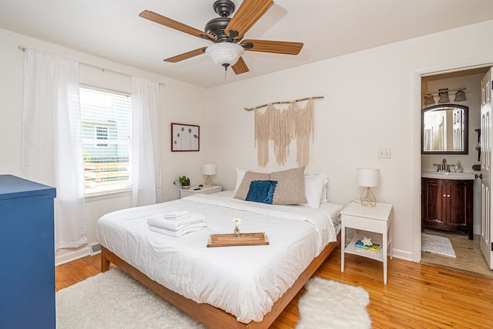 Happy Island Home 1 light to downtown 3BR King Bed