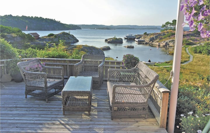 Amazing home in Flekkerøy with 4 Bedrooms