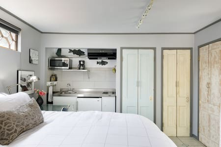 Charming Hollywood Guesthouse with Garden in Larchmont
