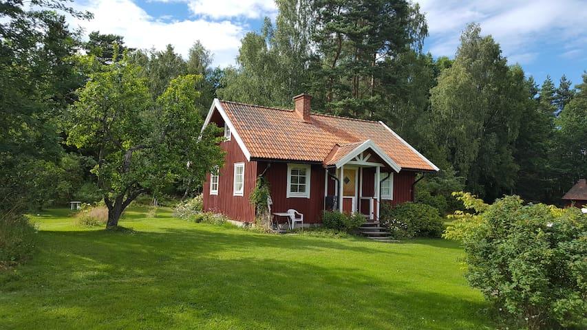 Charmig stuga / Charming cottage at Kållandsö - Lidköping N - Houten huisje