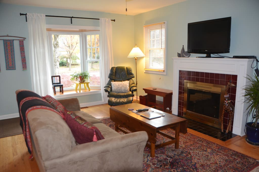 curl up with a good book by the beautiful bay window or enjoy cable/wifi
