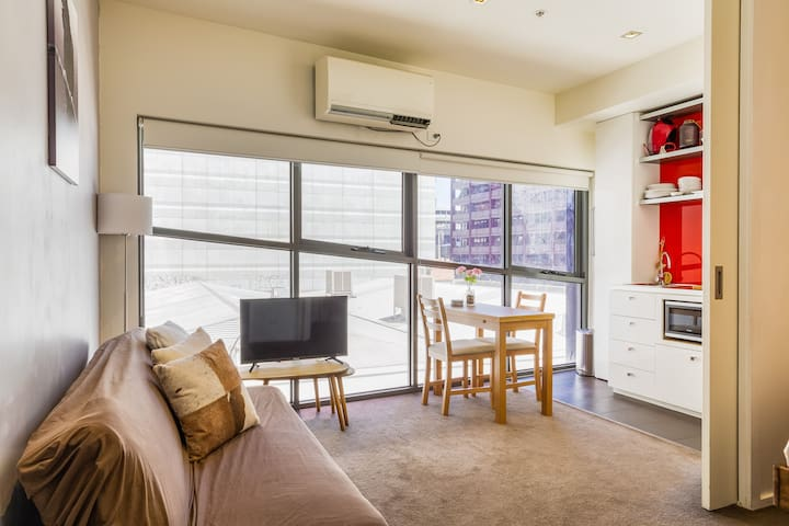 Melbourne City Centre Apartment with free Netflix
