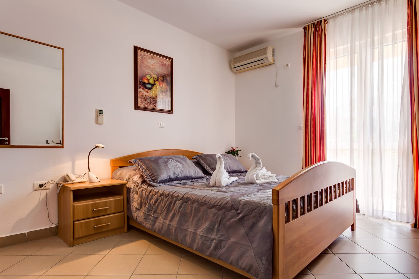 This studio apartment has a comfortable beds, TV with cable TV, wardrobe, air conditioning and Wi Fi internet connection.