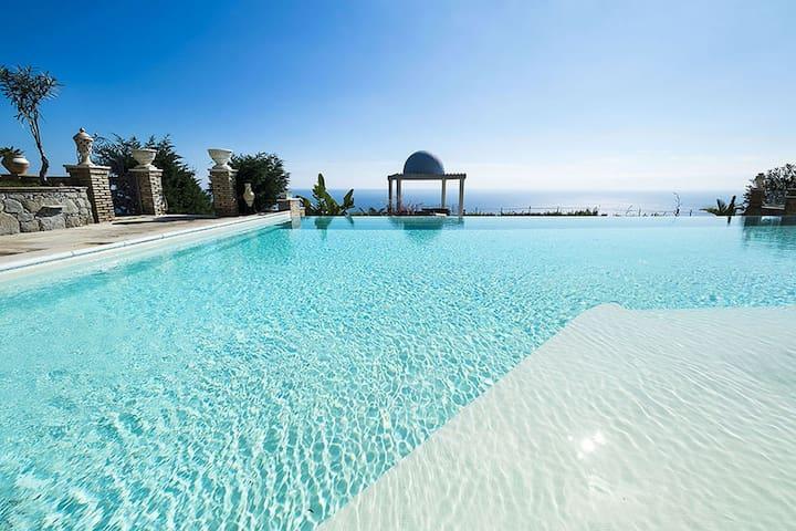 Exclusieve villa met panoramisch zwembad en jacuzzi, 2 km van de zee!