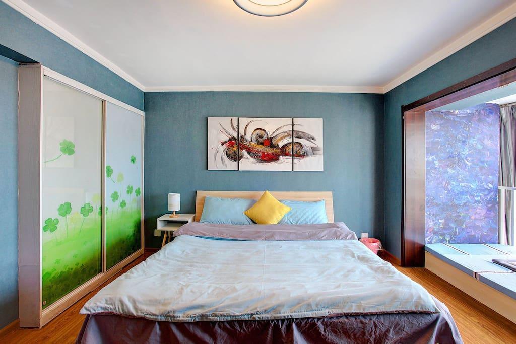 主卧   1.8米宽的床+一个单人榻榻米