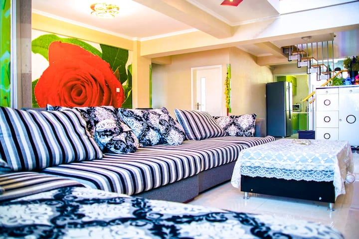 伊宁市中心铜锣湾的复式楼,4个卧室,两个卫生间,一个开放式大厨房,两个大阳台