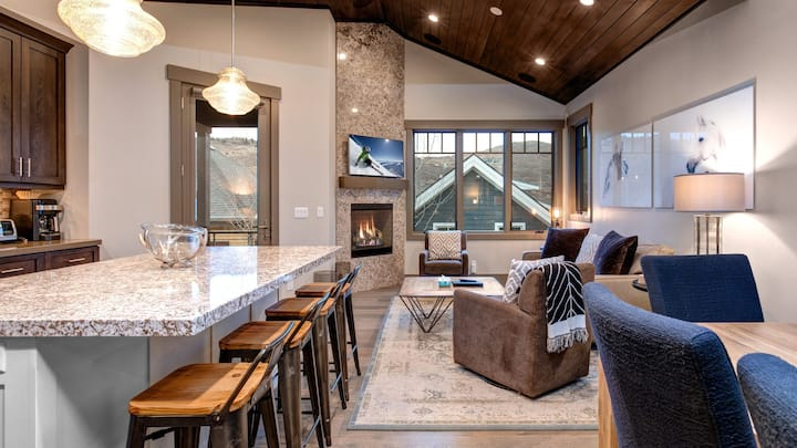 Xmas Available! 5 Min to Lift and Main St, Private Hot Tub, Spacious Park City Home Sleeps 8