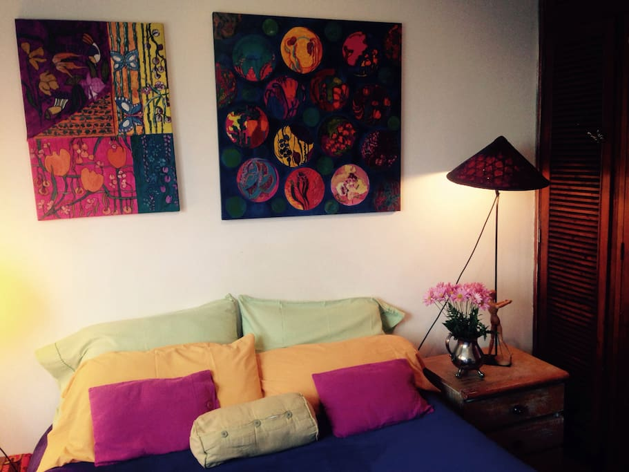Cálido y cómodo dormitorio con cama doble ,tv y vista a la plaza