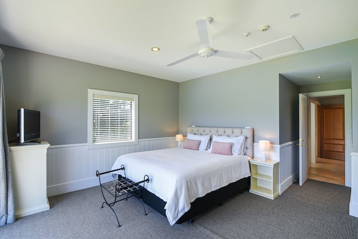 Two Bedroom Suite| Daily Service | No cleaning fee
