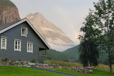 Dalebuda ved fjellet - Volda - Natur-Lodge