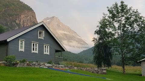 Dalebuda ved fjellet