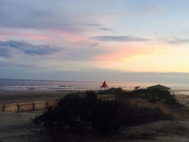 Casa beira mar, colorida e solar. com péna areia!