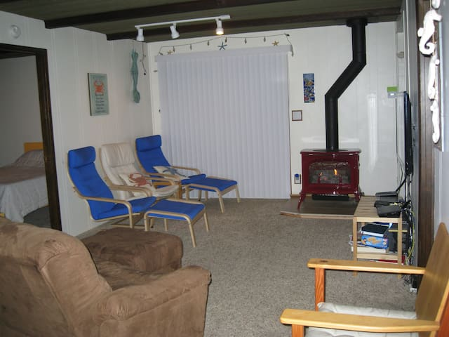 Living room with wifi, tv, dvd/blueray, thermostat controlled stove