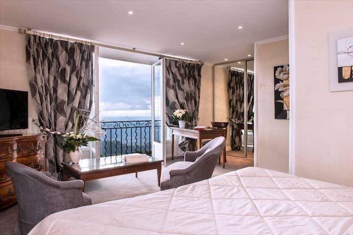 Chambre spacieuse avec loggia, vue sur le Massif des Maures