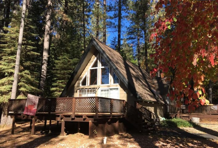 Cozy Cottage in BLS w/ Hot Tub + walk to lake