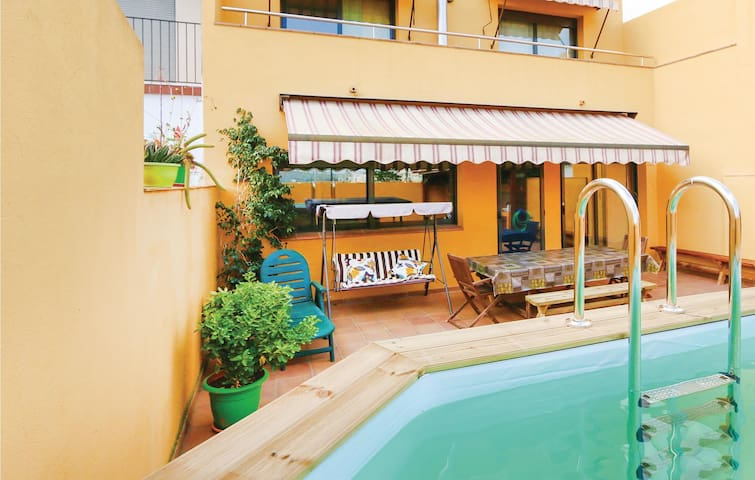 Semi-Detached with 5 bedrooms on 230m² in Malgrat de Mar