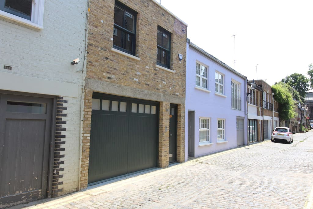 A newly built contemporary mews house on 3 floors on a quiet mews in Bayswater very close to Kensington Gardens and a short walk from the leafy streets of Westbourne Grove and Notting Hill.