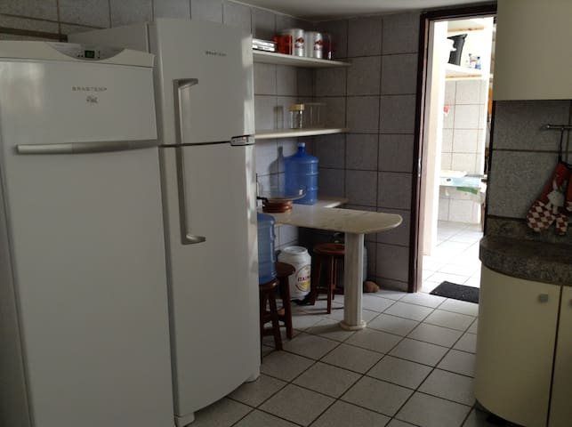 Cozinha com vista para área de serviço.