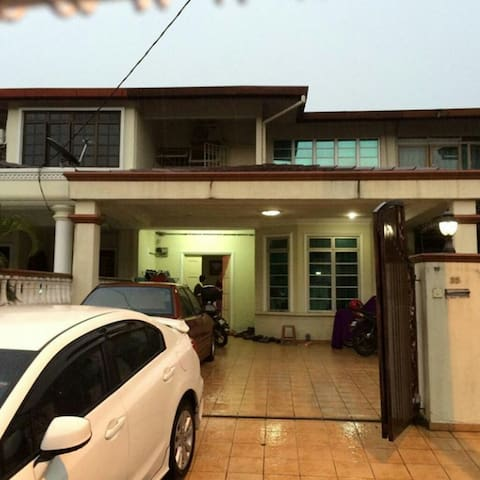 Private room in a link house - Shah Alam - Casa